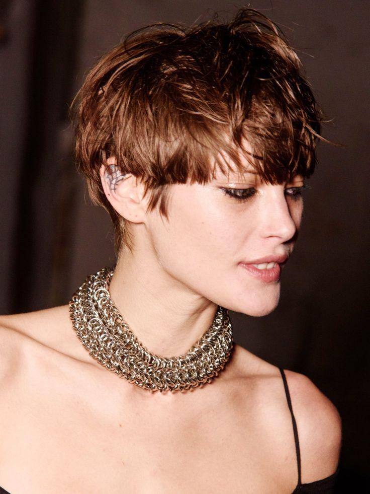 Eine rockige Variante einer Kurzhaarfrisur: Model Catherine McNeil hat sich von ihren langen Haaren verabschiedet und trägt 2017 diese coole, rockige Kurzhaarfrisur. Durchwuscheln ist hier natürlich Pflicht! l
