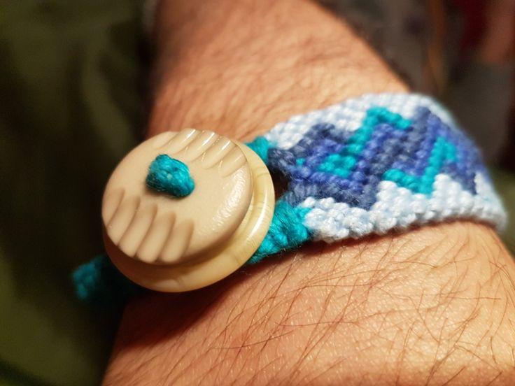 Handgjort armband i bomullsgarn. Knappar. Resår. #6susa5 #handmade #cottontread #fildecoton #makramé #macrame #vänskapsband #bomull #cotton #coton #friendshipbracelet #braceletdamitié