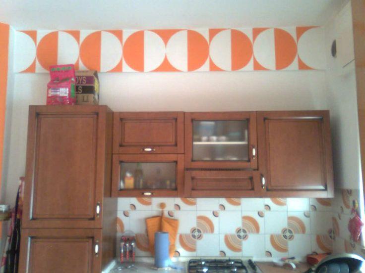 striscia decorativa dipinta a mano su cucina anni 70 www.facebook.com/bewip