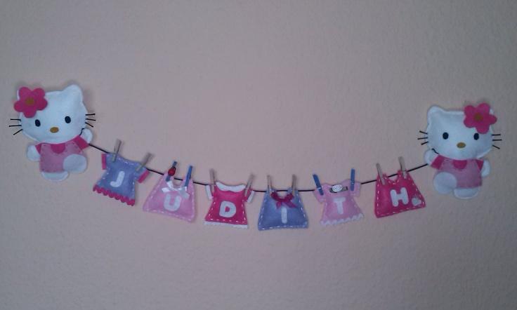 Hello Kitty para la habitación realizada en fieltro, tela y otros materiales como lazos, flores de tela etc.