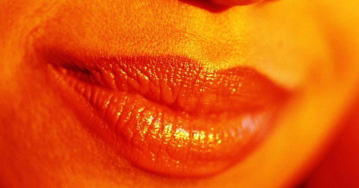 Quais são as causas de um nariz vermelho-arroxeado ou descolorido?. Todos nós já vimos narizes bulbosos e vermelho-arroxeados, como os de W.C. Fields, Karl Malden e Bill Clinton. Embora não se possa evitar, pode-se tratar a descoloração. Mas pode ser difícil determinar sua causa, assim como do espessamento do nariz. Mas, em geral, é provocada por uma afecção crônica chamada rosácea.