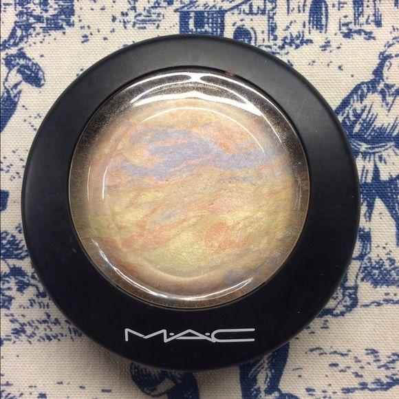MAC Highlighter Lightscapade MAC highlighter in Lightscapade. Mineralize skin finish. Barley used. MAC Cosmetics Makeup