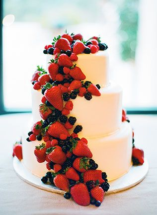 Свадебный белый торт с ягодами