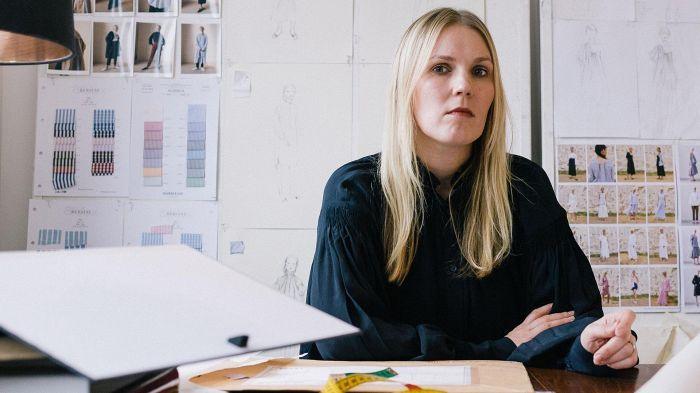 Muotisuunnittelija Teija Eilola studiossaan Pohjois-Lontoossa. Eilola käyttää monien malliensa materiaalina miesten paitakangasta. Kankaat tulevat Euroopasta, ja vaatteet valmistetaan Euroopassa ja Intiassa.