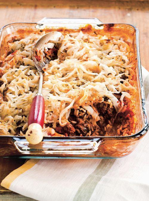 Cigares au chou étagés façon lasagne. Pour une version rapide, cuire l'oignon, puis la viande et ajouter le riz cru pour le réchauffer. Ajouter la boîte de tomates en dés, puis une boîte de soupe aux tomates et laisser mijoter. Pendant la cuisson, faire bouillir le chou coupé grossièrement de 5 à 10 minutes. Hacher le chou plus fin, puis le déposer dans un plat de cuisson avant d'y ajouter la préparation de viande et de riz.