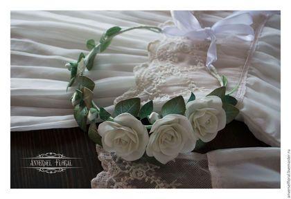 Купить или заказать Свадебный венок 'Vent murmure' в интернет-магазине на Ярмарке Мастеров. Свадебный венок 'Vent murmure' выполнен из фоамирана. Проволочный каркас позволяет носить венок по-разному. Могу выполнить к венку бутоньерку, браслеты для подружек невесты и тд. Подобные цветы могу сделать на заказ на различной фурнитуре - заколка, гребень, ободок, венок, брошь, брошь+зажим, заколка-автомат, кольцо. Цветы из фоамирана приятные мягкие бархатистые на ощупь, не боится вод...