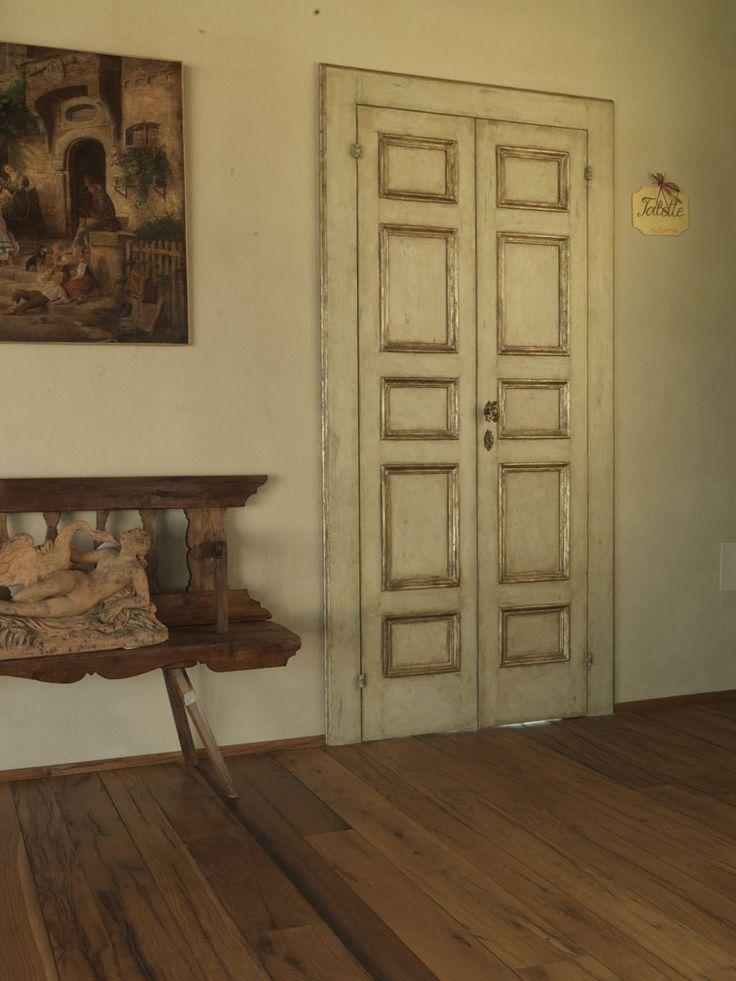 Riproduzione di una porta a formelle del '600 con cornici a mecca. Realizzata in pioppo.