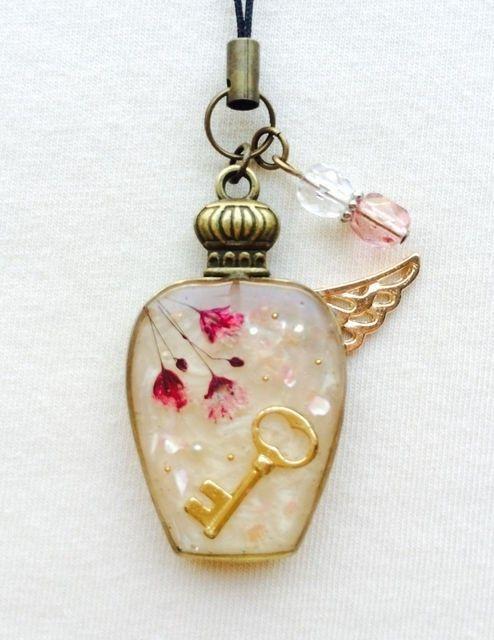 レジンストラップ 羽根つき香水瓶(桃)の画像1枚目