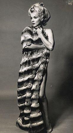 Un de mes Maquillage vinage préféré. Un classique des années 60 : Trait d'eye-liner et banane // Bouche nude