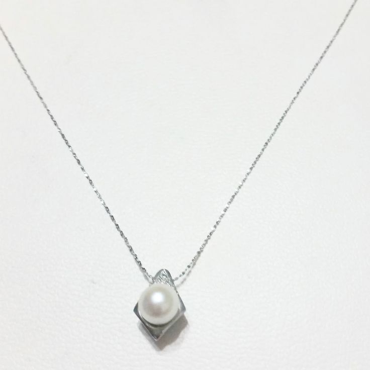 Collana Pendente Catenina con Perla Coltivata da  6 mm  e Diamanti da 0,03 kt La trovate nel nostro negozio online; Spedizione GRATUITA in Italia! Zero Spese doganali in Europa! Gioielleria Centro Oro ...la Gioielleria a casa tua! #gioielli #jewels #jewelery #gioielleriacentrooro #perla #pendente #diamanti #collana