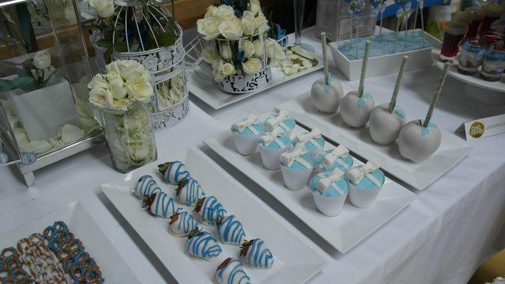 Nuestras mesas de postres con fresas cubiertas de chocolate, pretzels cubiertos de chocolate, cupcakes, popcakes, shots de yogurt griego con frutos rojos y bolsas de dulces gourmet personalizadas