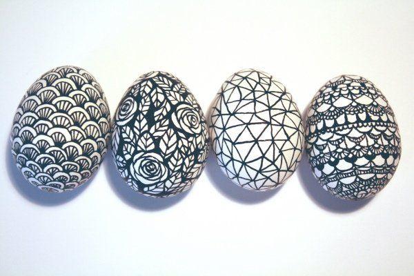 oeufs de Pâques décorés à l'aide d'un crayon feutre noir