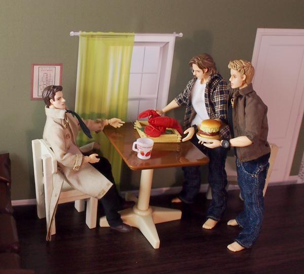 サム「隣に引っ越して来ましたウィンチェスターです。つまらぬロブスターですが...」キャス「つまらないものなど持ってくるな(定番)」ディーン「つまらなくないハンバーガーも持ってきたぞ!」