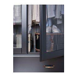 Gångjärn med inbyggda dämpare som fångar upp dörren och stänger den långsamt, tyst och mjukt. Justerbara fötter gör att du kan parera eventuella ojämnheter i golvet. Inbyggd dämpare fångar upp lådan i farten och stänger den långsamt, tyst och mjukt. Du hänger enkelt upp dina kläder utanför garderoben, eftersom det finns ett speciellt spår för galgar utmed topplisten.