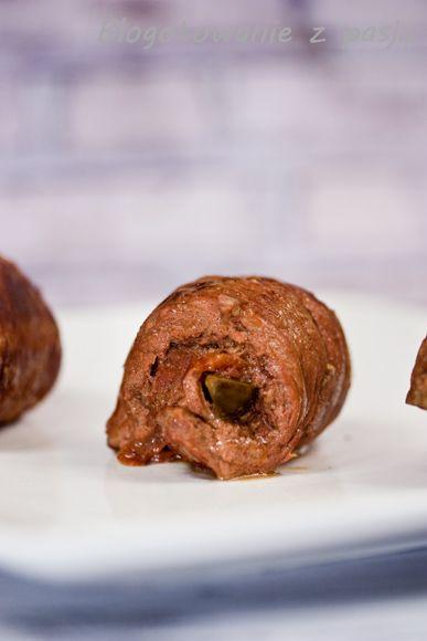 Kolejny tradycyjny przepis na pyszny obiadek. Bo kto z nas nie jadł nigdy zrazów wołowych z ogórkiem kiszonym w środku? Oczywiście sposobów na nadzianie takiego