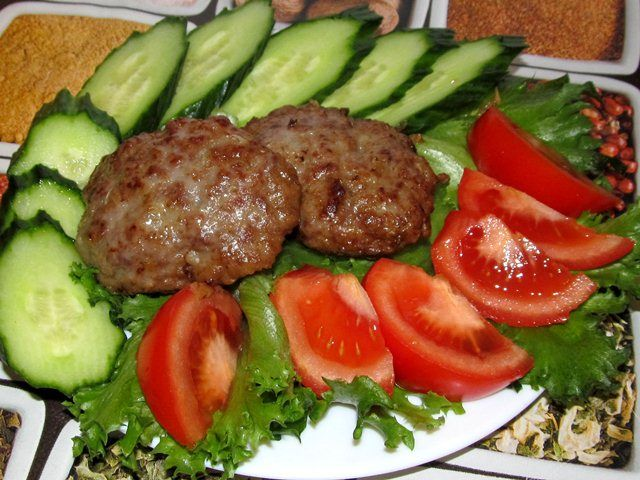 Низкоуглеводные котлеты приготовить очень просто. Вместо хлеба в котлеты можно положить взбитый в крепкую пену белок или добавить мелко натертые свежие овощи: кабачок, тыкву, морковь. #советы