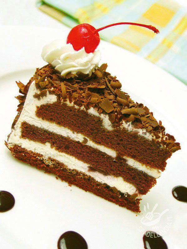 Black Forest Cake - La Torta della foresta nera è un dolce tedesco famosissimo in tutto il mondo, a base di pan di Spagna al cioccolato e farcito con panna e ciliegie. #tortaforestanera