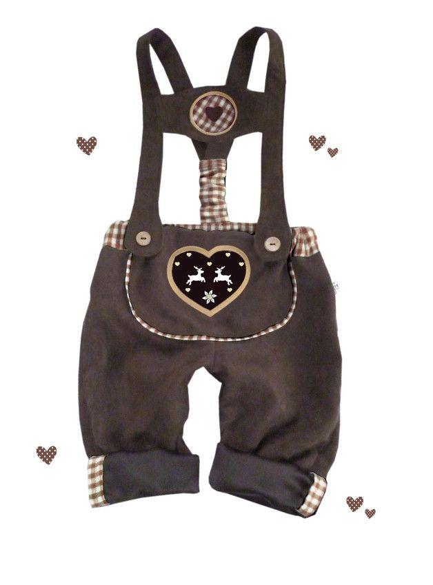 Die Lederhose ist in den praktischen Doppelgrößen 56/62, 68/74, 80/86 oder 92/98 erhältlich *Größe bitte nach dem Kauf angeben* Fesche Lederhose aus Wildlederimitat (waschbar) mit...