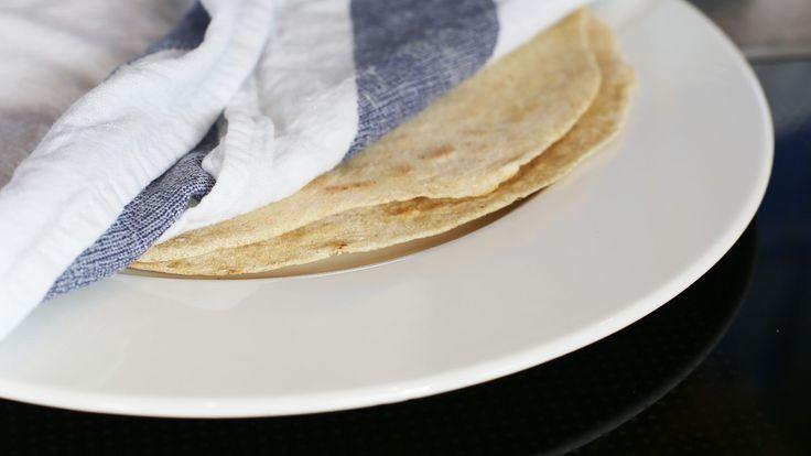 Tørr steikepanne og et fuktig kjøkkenhåndkle gjør veien mot hjemmebakte tacolefser litt enklere. Her finner du oppskrift på hvetetortilla, tortilla av bygg og glutenfri tortilla.
