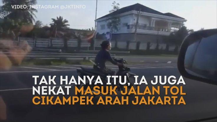 #WHOOPS #VIDEO  Baru-baru ini sebuah video yang menampilkan adegan nekat emak-emak kembali beredar. Dengan mengendarai sepeda motor tipe bebek, seorang ibu terlihat acuh melintas di jalan tol tanpa helm.