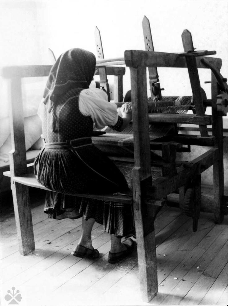 Tkanie na vodorovných rámových krosnách. Horná Súča (okr. Trenčín), 1973. Trenčianske múzeum v Trenčíne. Foto P. Garay.