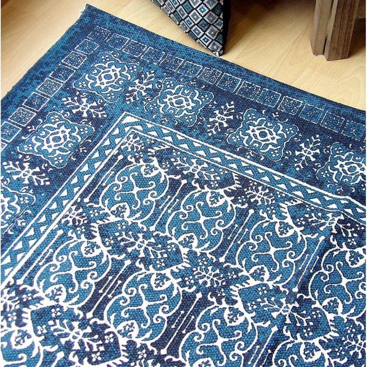 Alfombra de algodón 100% hecha en India. Flexible y ligera, con precioso estampado en tonos azules de aspecto envejecido. De 120x180 cm, para salón o habitación