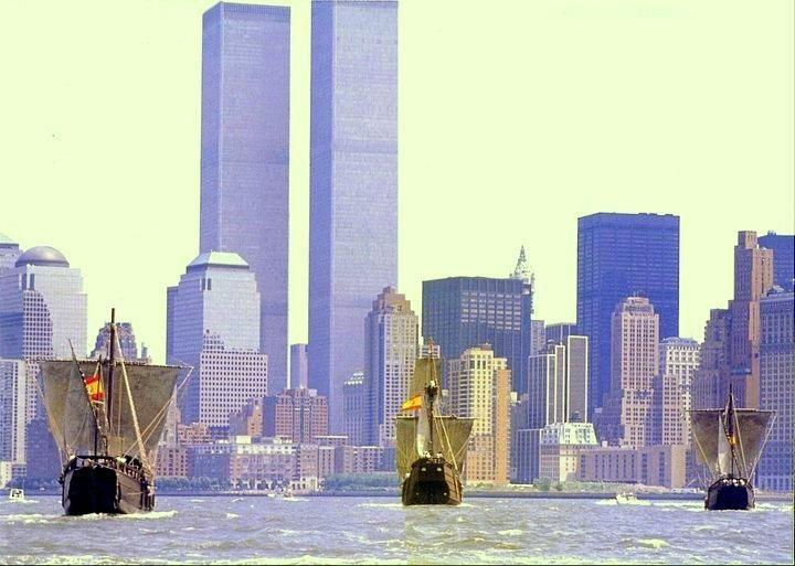 ESPECTACULAR imagen de las tres carabelas de Colón llegando a #NewYork con unas #TorresGemelas hoy extintas #SevillAyer