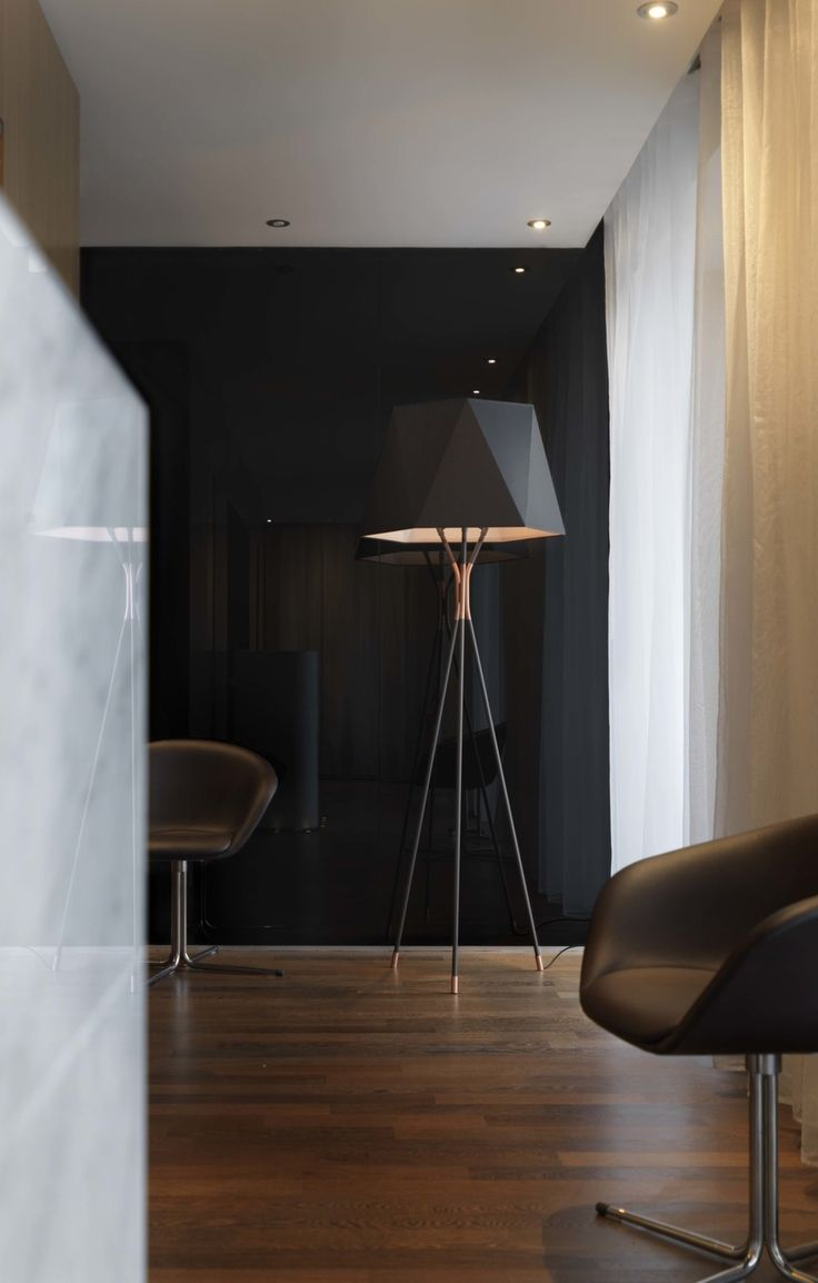Like a precious stone clamped in the claw of a ring, the lampshades and facets of Solitaire are placed on a tripod with graphic structured lines.
