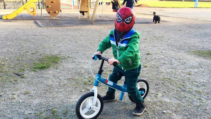 ЛитлБой Адам Маленький Человек Паук Играет во Дворе и Катается на Велоси...