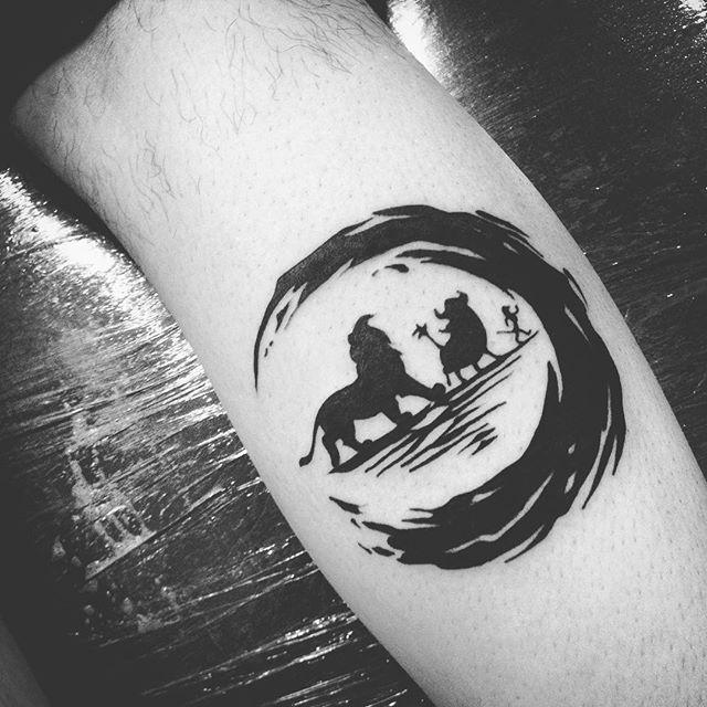 Hakuna matata! Tatuagem feita por @tiagoperesink.  #art #arte #artenapele #brasil #dessin ...