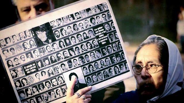 Durante 33 años, las madres y las abuelas de la Plaza de mayo se reúnen todos los jueves a reclamar justicia e información sobres sus hijos/as, nietos/as y hermanos/as detenidos-desaparecidos. Este vídeo resume un poco el encuentro que tuvimos estudiantes de la UPR con la usual marcha de las madres de la plaza de mayo.  Cámara y Edición: Juan Álvarez Lara Música: Ismael Serrano - A Las Madres De Mayo