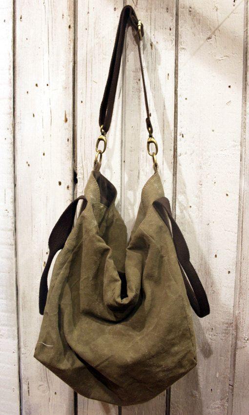 IMMAGINA una borsa da portare sempre al tuo fianco. FRANCESCA è la risposta. Creata interamente a mano con Rari tessuti militari vintage ,è una borsa dai mille volti. Infatti grazie al suo design innovativo potrai scegliere tu come indossarla,se come una borsa a mano oppure come una tracolla.Inoltre potrai utilizzarla anche come un bagaglio a mano.Sarà la tua compagna di viaggio e grazie alla sua capienza potrai riempirla di ricordi e di FELICITA. 32cm 35cm 29cm