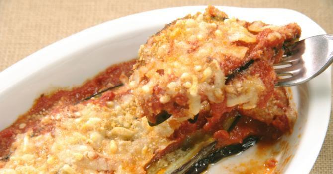 Recette de Aubergines gratinées aux tomates, poivron et ricotta. Facile et rapide à réaliser, goûteuse et diététique.