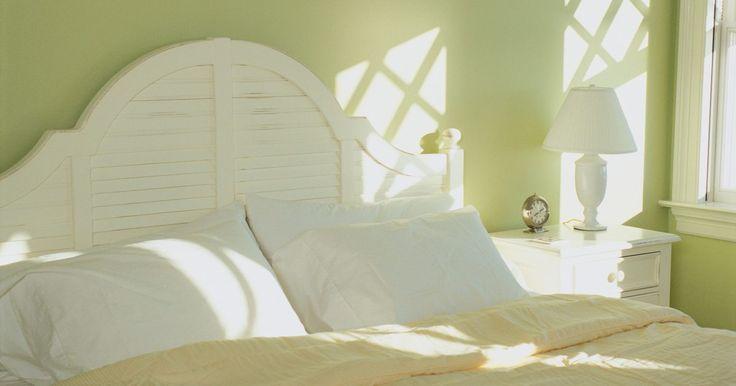 Cómo lavar almohadas de plumas. Las almohadas de plumas son las más esponjosas que ofrecen el máximo confort. Pero como con todas las almohadas, con el tiempo necesitan limpiarse, incluso si utilizas una funda. Las almohadas de plumas se pueden lavar en la lavadora. Solo se necesita un poco de cuidado extra.
