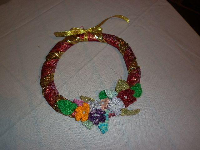 Corona con la técnica en cesteria con periódico  20 cms de diámetro aproximadamente adornado con flores en crochet
