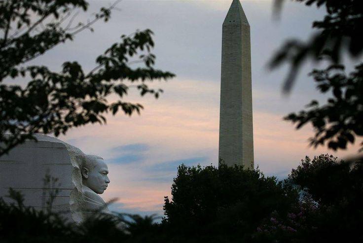 Washington- O sol da manhã levanta-se atrás do Monumento de Washington e do Memorial de Martin Luther King Jr. em 6 de agosto de 2015 no 50º aniversário da Lei dos Direitos de Voto, em Washington, DC.   Cinqüenta anos atrás, hoje USÊPresident Lyndon B. Johnson assinou a Lei de Direito ao Voto de 1965 para a legislação, tornando-se um dos pilares da Lei dos Direitos Civis que foi assinado em lei um ano antes.