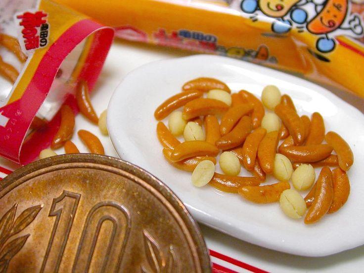 ミニチュア亀田製菓柿の種 樹脂粘土で制作😃 柿の種、ピーナッツの作り方は #ブティック社 様から発行の「樹脂粘土で作るあの有名お菓子のレシピ」に掲載してあります📖👀 袋の作り方は載せていませんので、本物の袋をスキャンし、縮小してプリントアウトしたものを組み立てて下さい😃 #ミニチュア #ミニチュアフード #亀田製菓 #柿の種 #柿のタネ #かきのたね #せんべい #おせんべい #樹脂粘土 #落花生 #ピーナッツ #ピーナツ #食品サンプル #お菓子 #おつまみ #酒のつまみ #ハンドメイド #柿ピー #miniature #miniaturefood #ricecrackers #ricecracker #polymerclay #foodsample #foodsamples #kakinotane