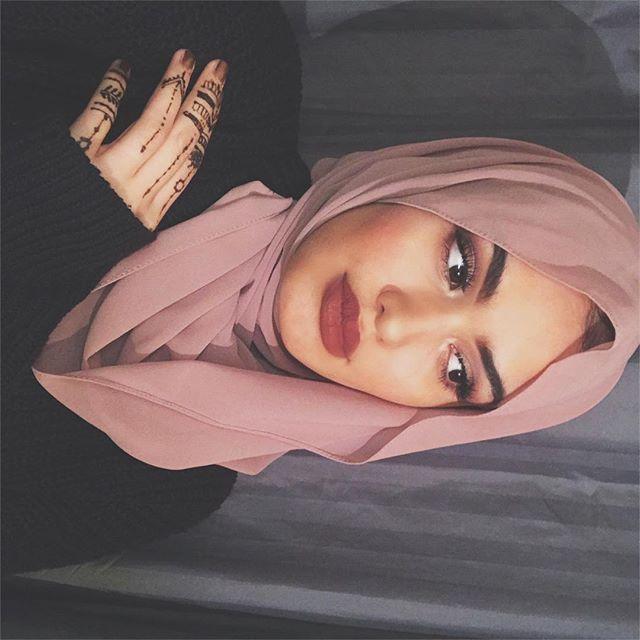 Endlich schaffe ich auch mal einen neuen Post hochzuladen 🌸 ich war/bin etwas unzufrieden mit meiner Instagramseite und deshalb will ich anfangen einen richtigen Feed zu machen und ich hoffe es wird euch gefallen. Ich werde mir Mühe geben 🙈 Ich wünsche euch eine gute Nacht und ich habe euch lieb , eure Chaymaaaaa #blogger #rose #alhamdulilah #hijabi #hijab #hijabfashion #hijabstyle #hujabfashion #blogger_de #chaymaoslt