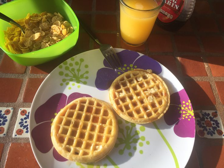 Desayuno: Waffles, cereal y jugo