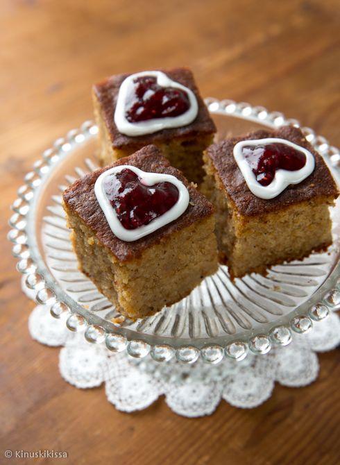 Katso myös nämä Runeberg-reseptit: Runebergin tortut Sitruunainen Runebergin kakku Vinkki: Leivokset ovat parhaimmillaan seuraavana päivänä, kun kosteus ja maut ovat ehtineet tasoittua. 24 kappaletta Taikina: 100 g piparkakkuja 2 ½ dl mantelijauhetta 3 dl täysjyvävehnäjauhoja 2 tl leivinjauhetta 1 rkl kardemummaa 1 rkl vaniljasokeria 250 g voita tai margariinia 3 dl sokeria 4 munaa 2 […]