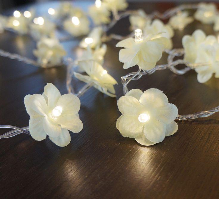 Cordão Luminoso com 50 Lâmpadas de Led e Flores de Cerejeira Bege.  Luz de fada - como ficou conhecida - deixará sua casa com decoração exclusiva. Linda em cabeceiras de cama, espelhos, varão de cortina, escadas, quarto de crianças.  Comprimento = 3,6 m  110v