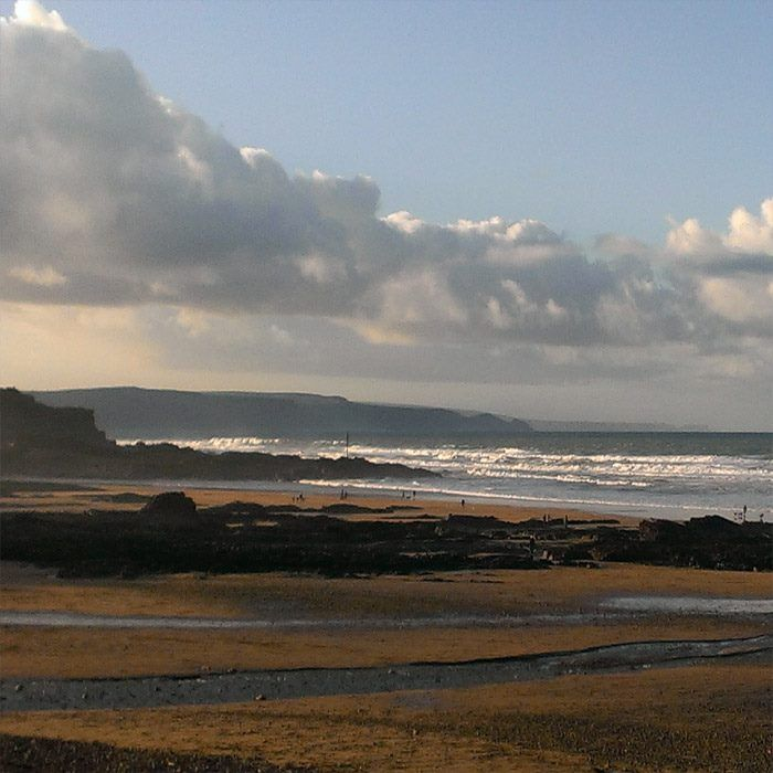 Bude North Cornwall, UK.  Winter view looking across to Barrel Rock from Crooklets Beach over Middle Beach towards Summerleaze Beach.  Photo by Zuma Jay, Bude.