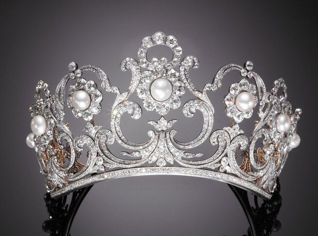 Made for Queen Margherita, who was queen of the newly-unified Italy from 1878 to 1900, by Musy. It's a versatile tiara that can be worn in various configuration