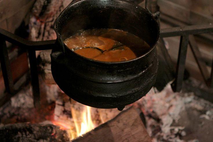 Para el goulash:Salteá en una olla la carne cortada en cubos.Retirá y en la misma olla sudá la cebolla cortada en pluma, el orégano, el laurel, el tomillo y las semillas de hinojo.Agregá el extracto de tomate, el pimentón, la carne y el caldo de vegetales (hasta cubrir).Cociná durante una hora hirviendo a fuego lento.Para los spaetzle:Mezclá en un bowl 4 yemas con la leche.En otro recipiente poné la harina, sal y nuez moscada. Agregá los líquidos a los secos Formá la masa y dejá reposar…
