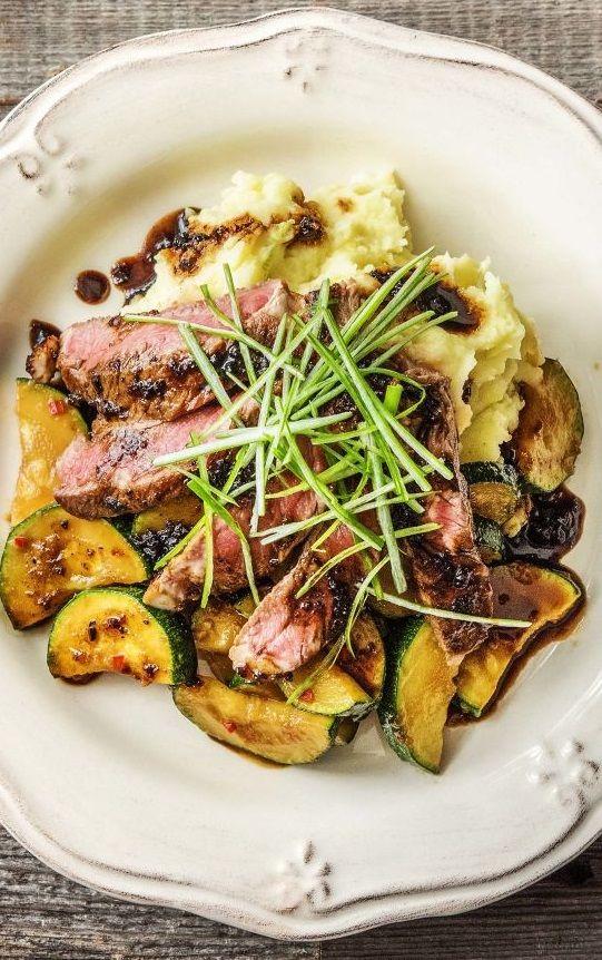 Step by Step Rezept: Pikant-feurig marinierte Rindersteaks mit cremigem Kartoffelstampf und Zucchini  Rezept / Kochen / Essen / Ernährung / Lecker / Kochbox / Zutaten / Gesund / Schnell / Frühling / Einfach / DIY / Küche / Gericht / Detox / Neujahr / Blog / 40 Minuten /  Steak   #hellofreshde #kochen #essen #zubereiten #zutaten #diy #rezept #kochbox #ernährung #lecker #gesund #leicht #schnell #frühling #einfach #küche #gericht #detox #immunsystem #trend #blog #steak #sonntag #familie #rind