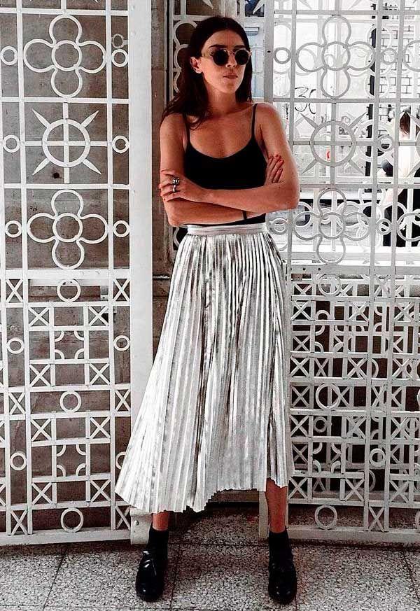 2969a315f5 Usar maiô como body é uma das tendências do verão Saia Plissada Metálica