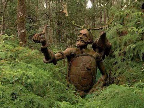 Работы австралийского скульптора Бруно Торфса, расставленные в лесу