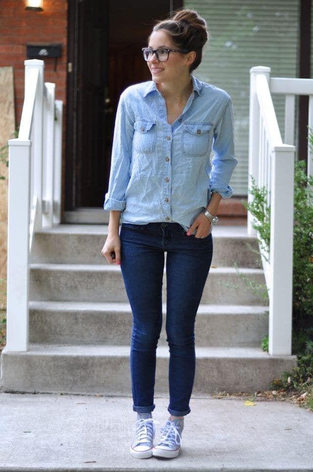 Usar a camisa 'jeans' com calça jeans só que mais escura assim e o vans cinza show