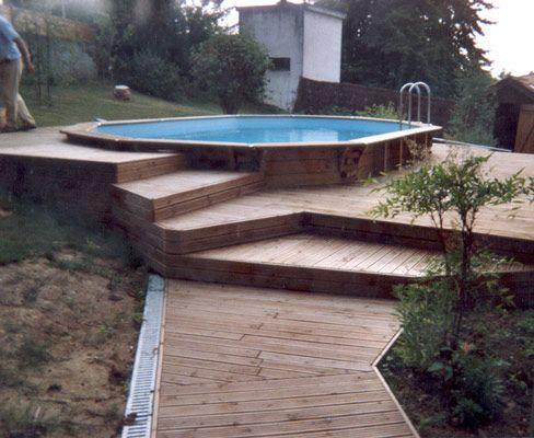 Sur un terrain accidenté, mise en œuvre d'une piscine octogonale et d'une terrasse en pin Douglas sur pilotis