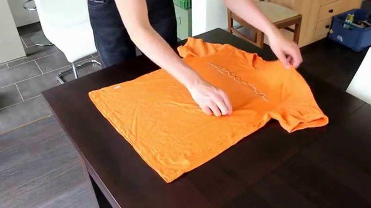 Video, das sehr langsam zeigt, wie ein T-Shirt mit zwei Bewegungen schnell zusammen gelegt werden kann.